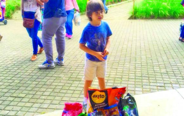 Niño cambia sus regalos