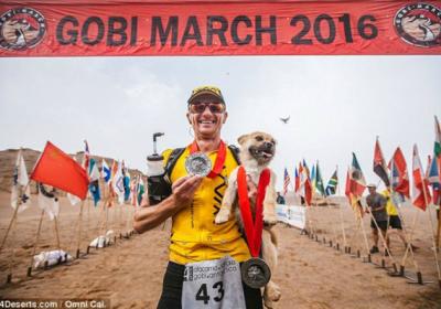 Maratonista australiano corre junto perro callejero